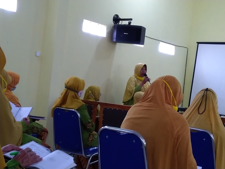 Pemandu Pengajian Pimpinan : Umi Khodiroh, M.PD.